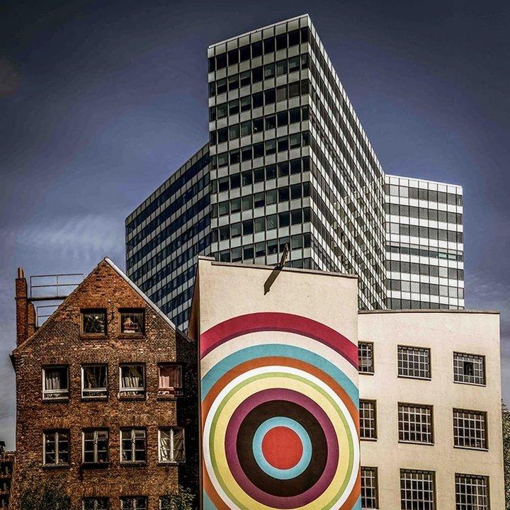 """Nombre: Mezcla colorida. Autor: Volker Sander. Descripción: """"Esta imagen muestra la pacífica coexistencia de la antigua y la nueva arquitectura. Los edificios no encajan juntos pero no están peleando unos contra otros, sino que muestran el desarrollo creativo del centro de la ciudad""""."""