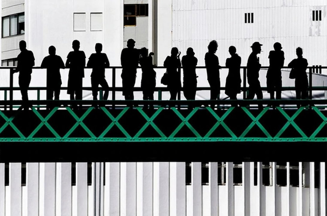 """Nombre: Torre Eiffel. Autor: Jose Pessoa Neto. Descripción: """"La gente estaba esperando por el festival callejero 'Señora de la agonía', uno de los más grandes en Portugal. Desde la calle observé estas hermosas siluetas, el puente, las cruces verdes y el edificio del fondo en plena armonía"""", comentó Pessoa Neto."""
