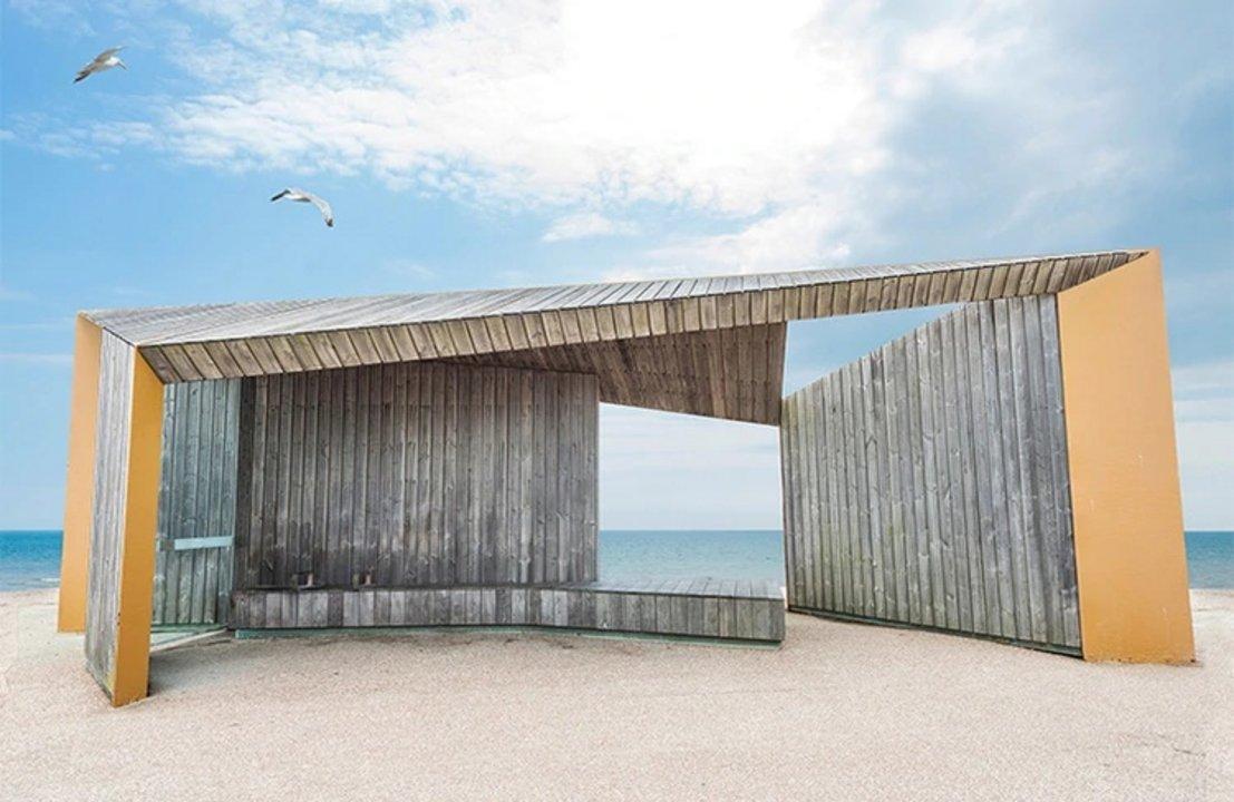 """Nombre: Bexhill Promenade Shelter. Autor: Adam Regan. Descripción: """"Esta construcción es una elegante y atractiva solución a los problemas mundanos""""."""