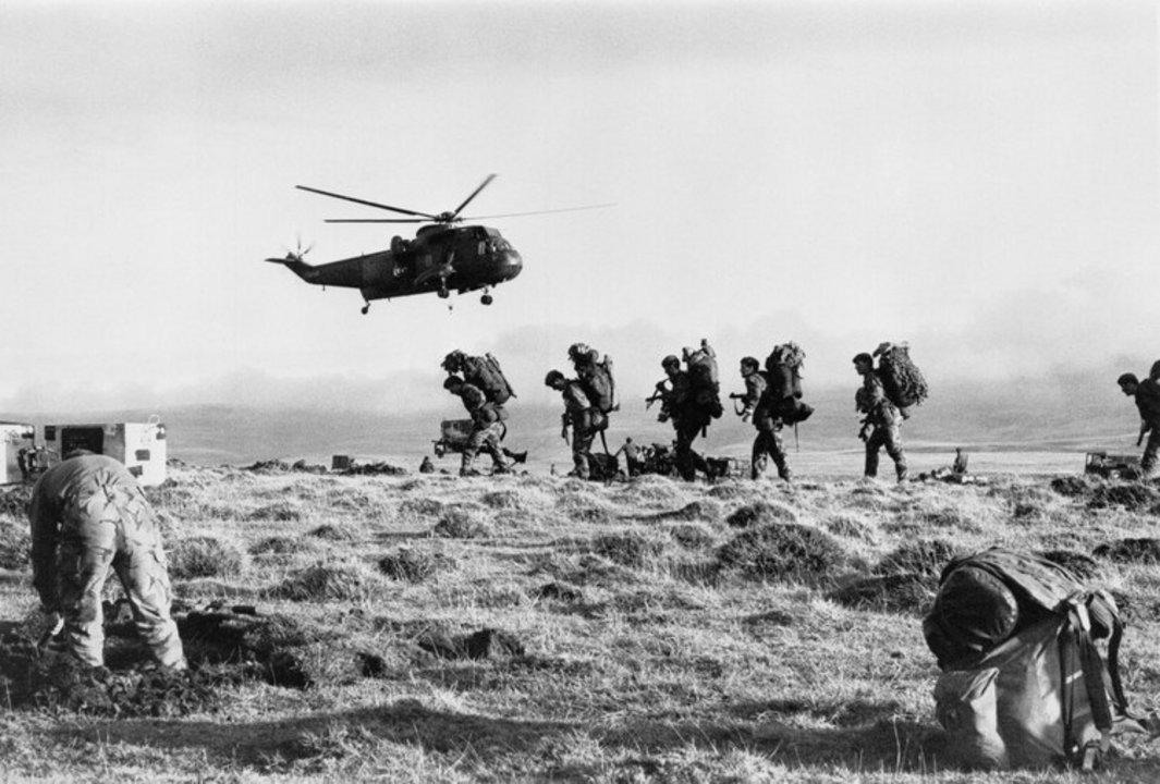 Un helicóptero de la Royal Navy despega después de transportar a los Royal Marines a Malvinas en 1982.