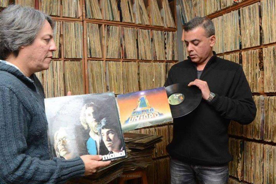 La discoteca de la FM se destacó por su calidad y cantidad de material, diferenciado de la radio AM. Foto actual de referencia con Antonio Peralta y José Ávila.