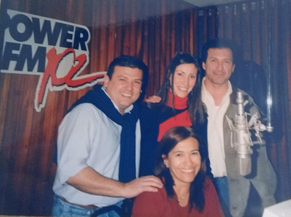 Juan Rojo, Zulma Capriles y Enrique Vivanco, sentada Marcela Palermo, durante varios años conformaron parte del elenco de la mañana de Power.