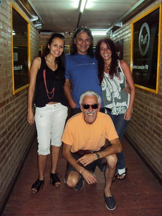 Luciana Jaime, J.L.Herrera, Gabriela Estofan y en cuclillas Monchi Frontera, colaborador de algunos programas.