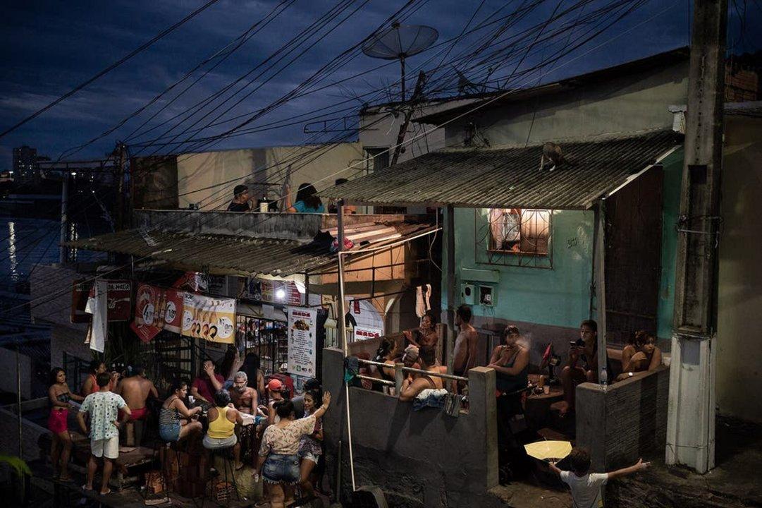 En Manaos la gente se reúne sin restricciones a beber en los botequims, bares populares. Crédito AP