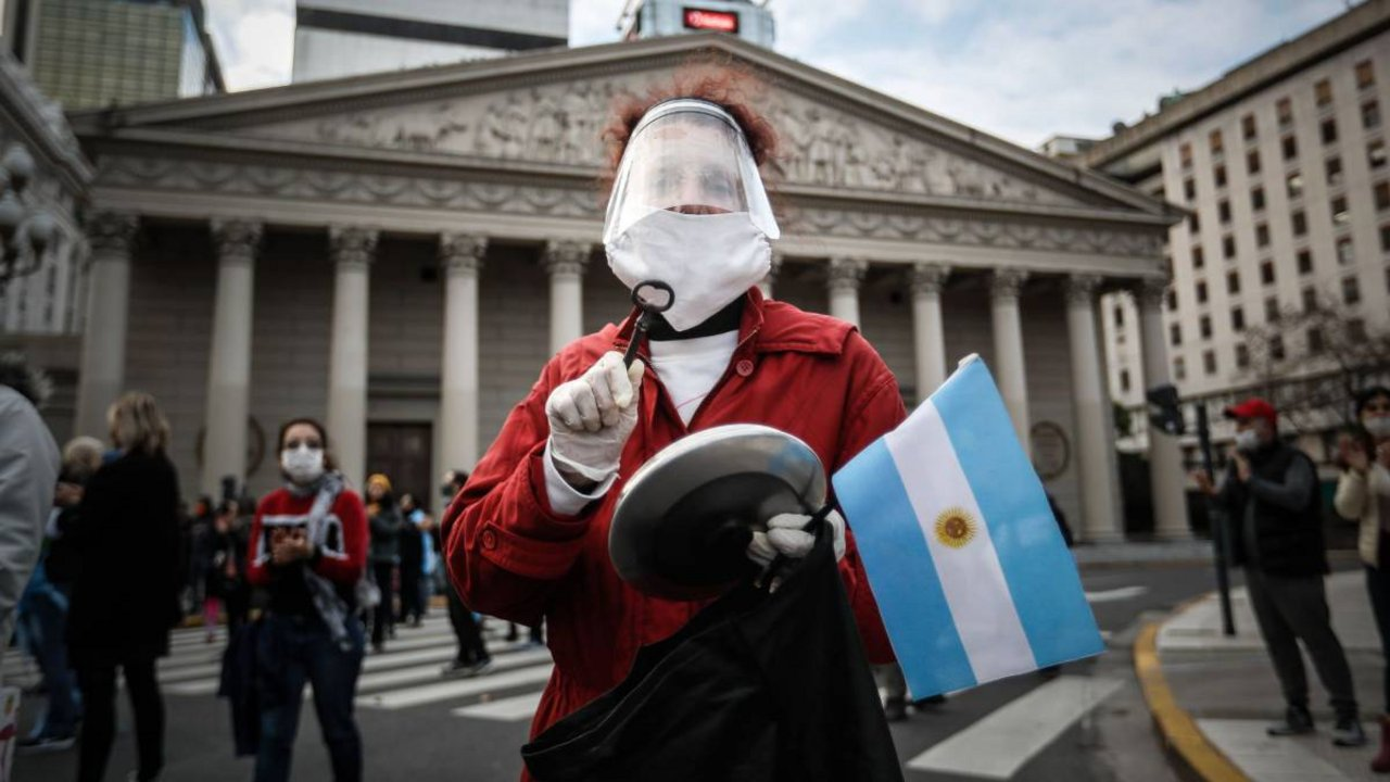 Violando el aislamiento, con consignas heterogéneas y hasta contradictorias, se realizaron protestas contra la cuarentena.