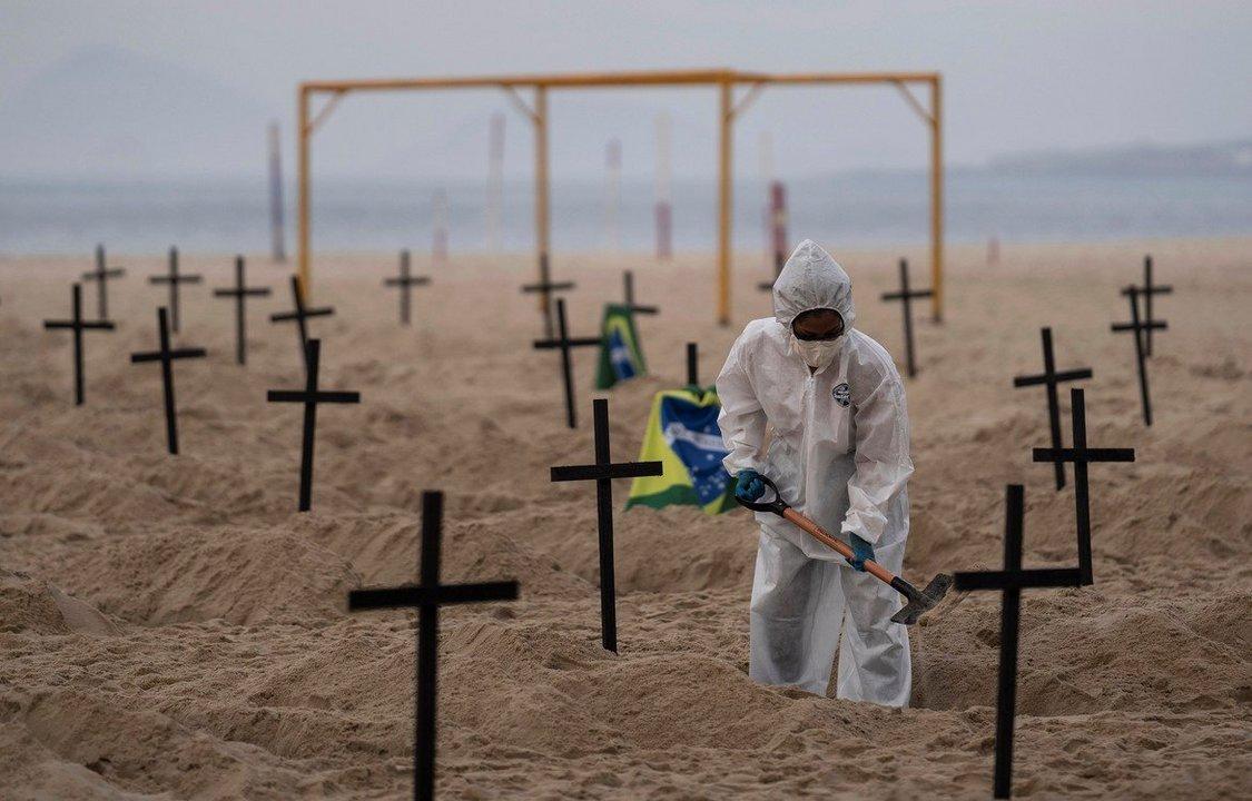 Rio de Janeiro. En repudio a la gestión del Covid-19 por parte de Jair Bolsonaro, cavaron tumbas en la icónica playa de Copacabana.