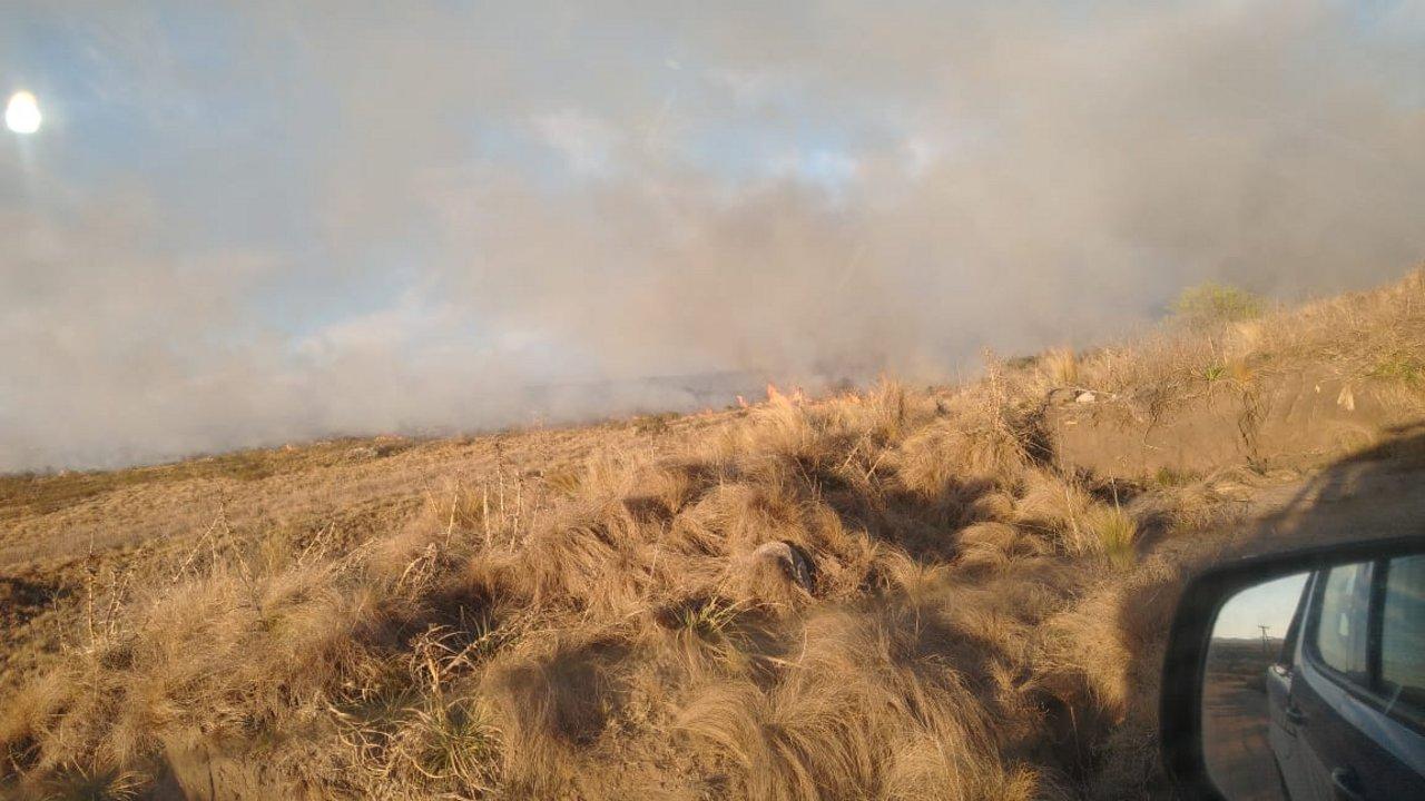 """Federación Bomberos Voluntarios Córdoba: Dotaciones de Bomberos en foco de incendio forestal del sector """"Casa de Piedra"""", camino a Cuchi Corral."""