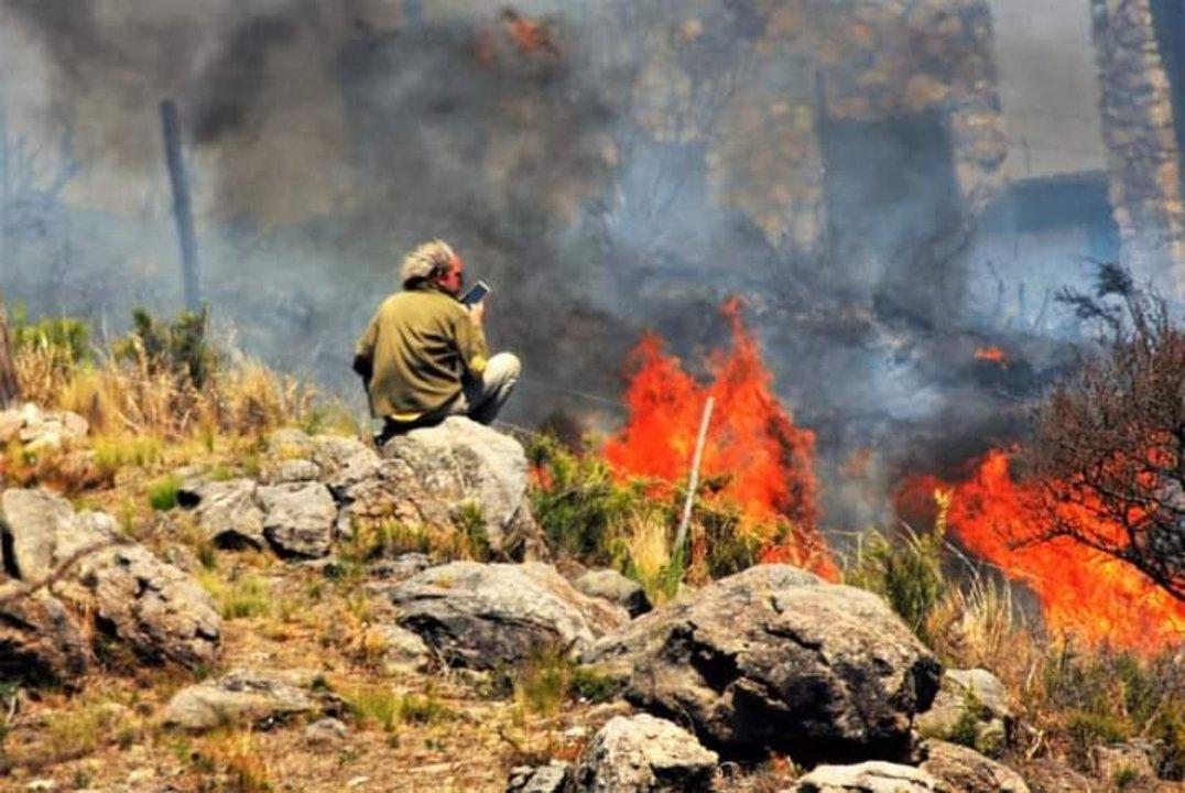 Rápidamente, el fuego prendió las pasturas secas, ayudado por los fuertes vientos y la baja humedad.