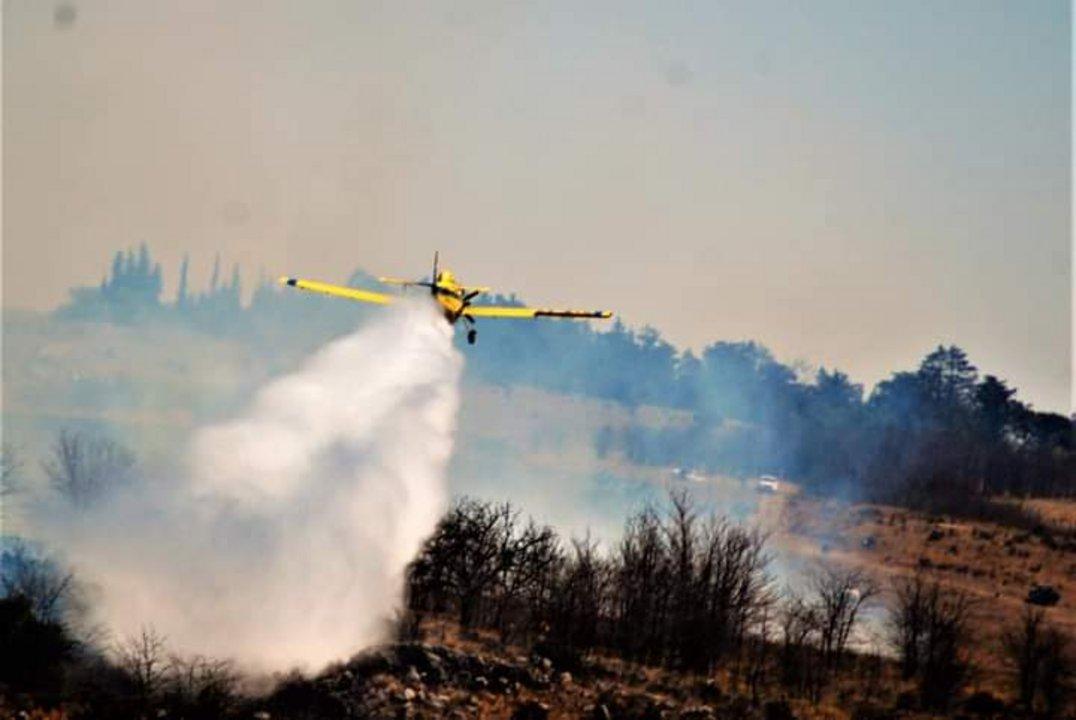El trabajo de uno de los aviones hidrantes de la Provincia asistiendo a los bomberos.
