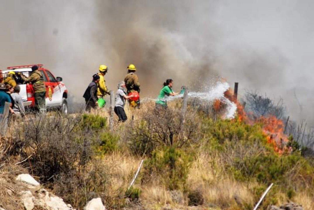 Los vecinos trabajaron codo a codo con los bomberos para contener el avance del fuego.