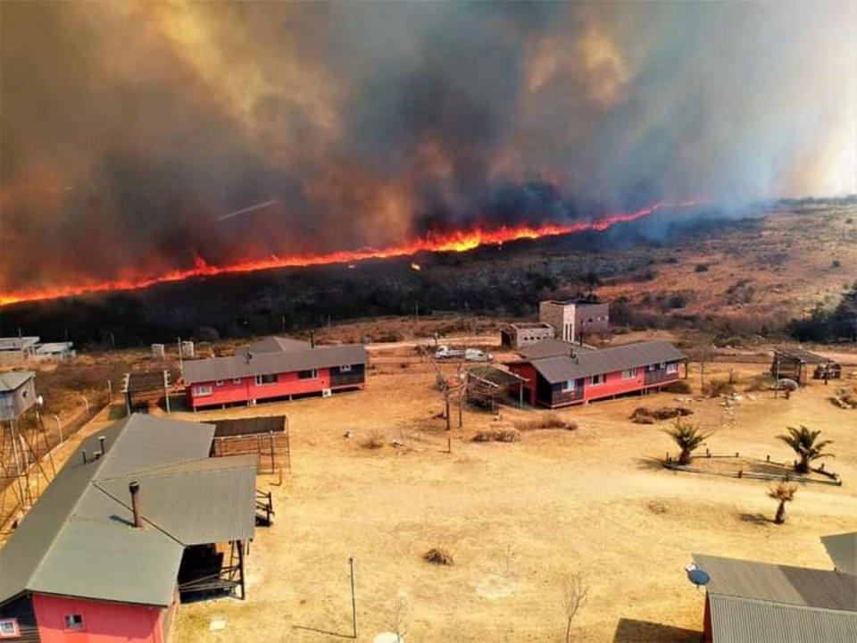 Vista superior de la llegada del fuego a un sector de viviendas.