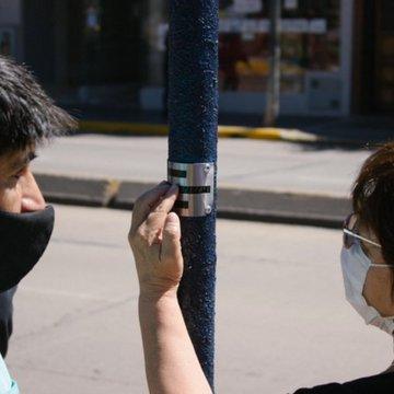 Tamse instaló placas con escritura braile en las paradas de colectivos