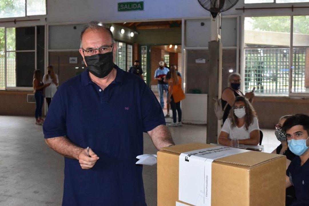 Gabriel Abrile, candidato a intendente por Juntos por el Cambio, emitiendo su voto.